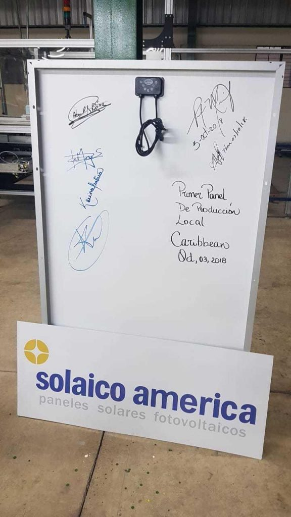 Premier panneau solaire photovoltaïque fabriqué en République Dominicaine par Solaico América. Signatures du responsable principal